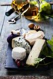 Vários tipos de queijo e do vinho branco Fotografia de Stock Royalty Free