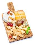 Vários tipos de queijo - o brie, o camembert, o roquefort e o queijo Cheddar na cortiça embarcam Imagens de Stock Royalty Free