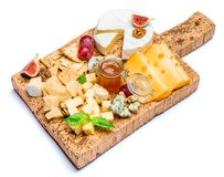 Vários tipos de queijo - o brie, o camembert, o roquefort e o queijo Cheddar na cortiça embarcam Fotografia de Stock