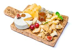 Vários tipos de queijo - o brie, o camembert, o roquefort e o queijo Cheddar na cortiça embarcam Imagem de Stock Royalty Free