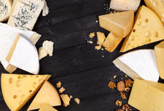 Vários tipos de queijo Vista superior Copie o espaço fotografia de stock