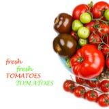 Vários tipos de tomates em uma bacia na tabela Fotos de Stock