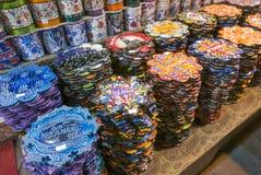 Vários tipos de tripés coloridos na venda dentro do bazar grande em Istambul fotografia de stock royalty free