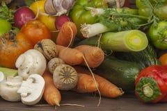 Vários tipos de vegetais em uma tabela de madeira velha O conceito do alimento da dieta Alimento para pacientes obesos foto de stock