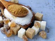 Vários tipos do açúcar, marrom, branco e refinado foto de stock royalty free