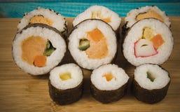 Vários tipos do sushi no fundo azul Imagens de Stock Royalty Free