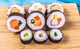 Vários tipos do sushi no fundo azul Imagem de Stock Royalty Free