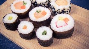 Vários tipos do sushi no fundo de madeira Imagem de Stock Royalty Free