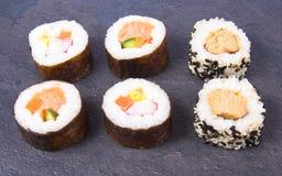 Vários tipos do sushi no fundo escuro Fotografia de Stock Royalty Free