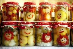 Vários vegetais conservados nos frascos de vidro no mercado varejo para a venda Fotografia de Stock Royalty Free