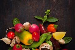 Vários vegetais e ervas na tabela de madeira escura Imagem de Stock