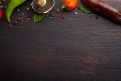 Vários vegetais e ervas na tabela de madeira escura Imagem de Stock Royalty Free