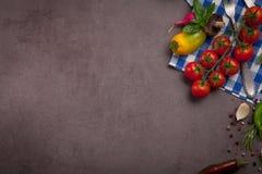 Vários vegetais e ervas na tabela de madeira escura Imagens de Stock Royalty Free