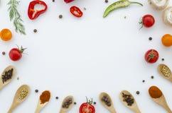 Vários vegetais e especiaria isolados no fundo branco, vista superior, disposição lisa Conceito de comer saudável, alimento Imagem de Stock Royalty Free