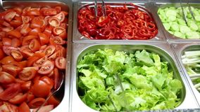 Vários vegetais e saladas video estoque