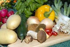 Vários vegetais em uma placa de madeira Imagem de Stock