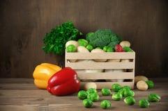 Vários vegetais na caixa Imagens de Stock