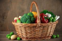 Vários vegetais na cesta Imagens de Stock Royalty Free