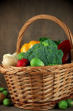 Vários vegetais na cesta Foto de Stock