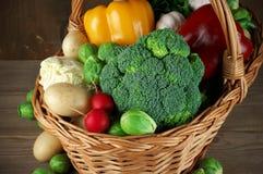 Vários vegetais na cesta Fotos de Stock