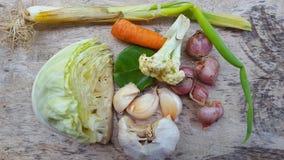 Vários vegetais na cesta, ingredientes mas suficiente simples para necessidades nutritivas diárias imagens de stock royalty free