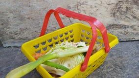 Vários vegetais na cesta, ingredientes mas suficiente simples para necessidades nutritivas diárias fotografia de stock