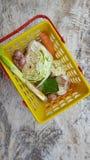 Vários vegetais na cesta, ingredientes mas suficiente simples para necessidades nutritivas diárias imagem de stock royalty free