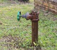Vávula de bola y tubo del metal en jardín fotografía de archivo