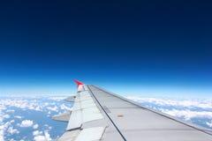 Váyase volando el aeroplano sobre la nube en fondo del cielo solamente Fotos de archivo