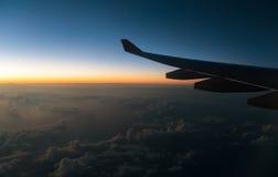 Váyase volando el avión y la visión desde la altura del avión de la ventana adentro Fotografía de archivo