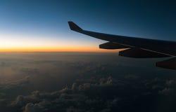 Váyase volando el avión y la visión desde la altura del avión de la ventana adentro Imagen de archivo