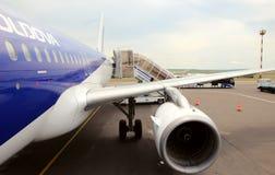 Váyase volando la compañía AirMoldova del aeroplano imágenes de archivo libres de regalías