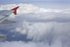 Váyase volando las nubes de los aviones y de cúmulo en el cielo arriba Foto de archivo