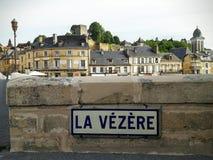 Vézèren är en flod i Montignac, sydvästliga Frankrike Arkivfoton