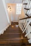 Vão das escadas claro e espaçoso foto de stock