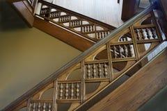 Vão das escadas com os trilhos de madeira cinzelados foto de stock royalty free