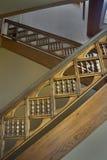 Vão das escadas com vertical de madeira cinzelado dos trilhos imagens de stock royalty free