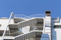 Vão das escadas exterior da emergência para a saída de emergência fotografia de stock royalty free