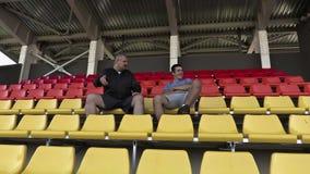 Väckt vän för sportfan i stadion arkivfilmer