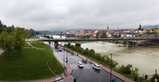 Väder för höst för panorama- stadsbyggnadssikt regnigt, Maribor Slov Royaltyfria Foton