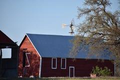 Väderkvarn över en gammal ladugård i Turnersville Texas Royaltyfria Foton