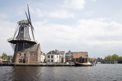 Väderkvarn De Adriaan längs Spaarne, Haarlem, Holland Arkivbilder