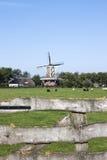 Väderkvarn De Hond i Paesens-Moddergat, Holland Arkivfoton