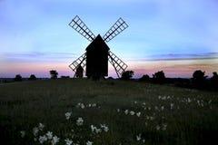 Väderkvarn en sommar som evning efter solnedgång royaltyfri bild