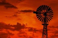 Väderkvarn i aftonhimlen arkivfoto
