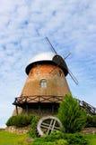 Väderkvarn i byn Arkivfoto