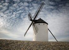 Väderkvarn i den Campo de Criptana staden, landskap av Ciudad Real, Castilla-La Mancha, Spanien Royaltyfri Fotografi
