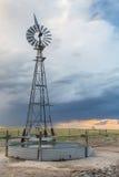 Väderkvarn i den Colorado prärien Royaltyfria Bilder