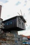 Väderkvarn i den gamla staden av Sozopol, Bulgarien Royaltyfri Bild