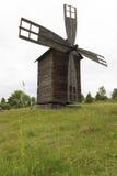 Väderkvarn i det jordbruks- landskapet Royaltyfria Foton